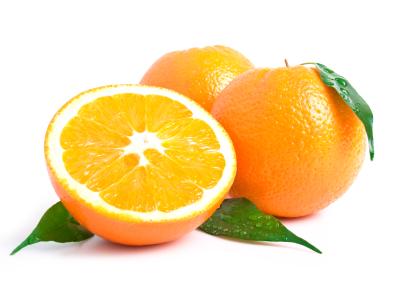 Naranjas con hojas, enteras y partidas